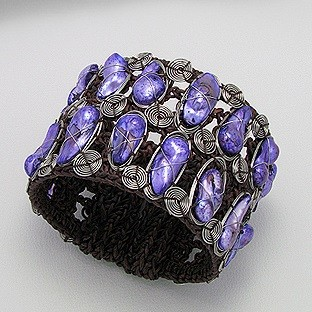 Kézzel készült karperec festett, lila kagylóhéjakkal  + AJÁNDÉK DÍSZTASAK (0792.)