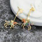 Arannyal bevont egyszarvú fülbevaló színes CZ kristályokkal + AJÁNDÉK DÍSZDOBOZ (0609.)
