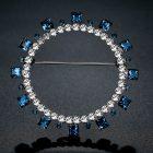 Fehérarannyal bevont modern kör bross kék és áttetsző ausztriai kristályokkal + AJÁNDÉK DÍSZDOBOZ (0673.)