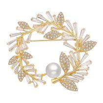 Arannyal bevont leveles bross CZ kristályokkal és szimulált gyönggyel + AJÁNDÉK DÍSZDOBOZ (0506.)